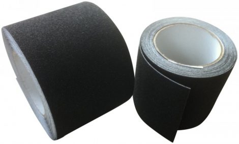 15 cm széles öntapadó csúszásgátló szalag, amelyből tetszés szerinti csíkok vághatók