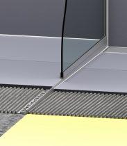 Épített zuhanykabin szegély ferde éka alakú profil 2% lejtés bal oldalra