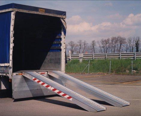 Ipari mobil rámpa 360 cm 300 kg/db 600 kg/pár teherbírás. Teherautó rámpa