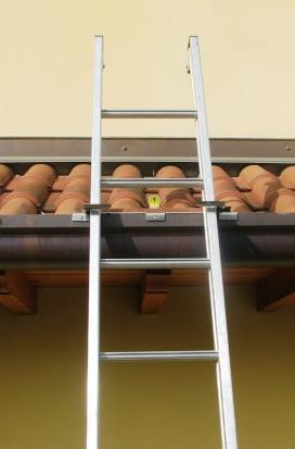 Biztonsági létra rögzítő - tartó háztetőre, ami szinte láthatatlan, így nem rontja el a ház homlokza